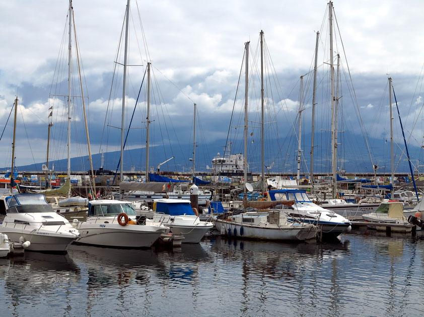 Yachthafen von Horta, im Hintergrund in den Wolken der Vulkan Pico