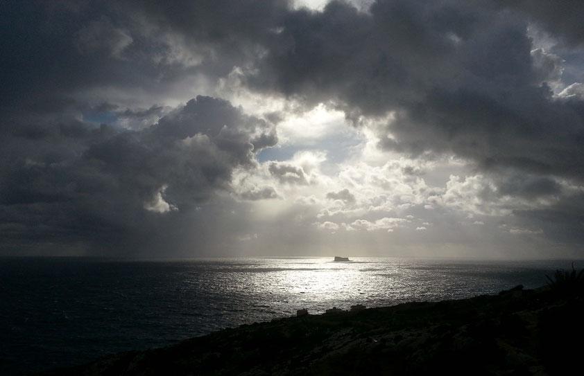 Dramatischer Wolkenhimmel an der Südküste Maltas nahe der Blauen Grotte