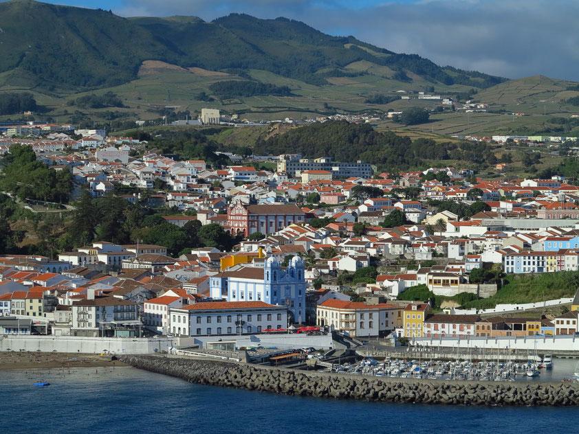 Blick vom Monte Brasil auf die Hauptstadt Angra do Heroísmo mit der Igreja da Misericórdia