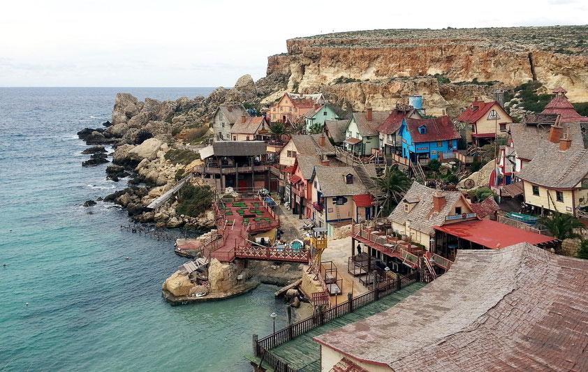 Popeye Village ist eine Kulissenstadt, die der Regisseur Robert Altman 1979 für den Film Popeye  aufbauen ließ.