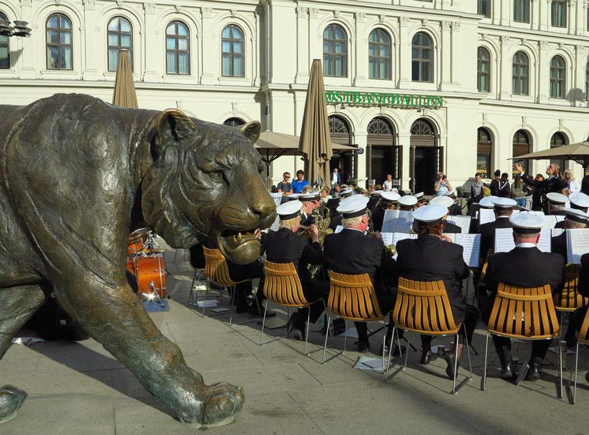 Ankunft in Oslo am 15.6.2017 um 18:30 Uhr. Blasmusik vor den Østbanehallen am Hauptbahnhof Oslo