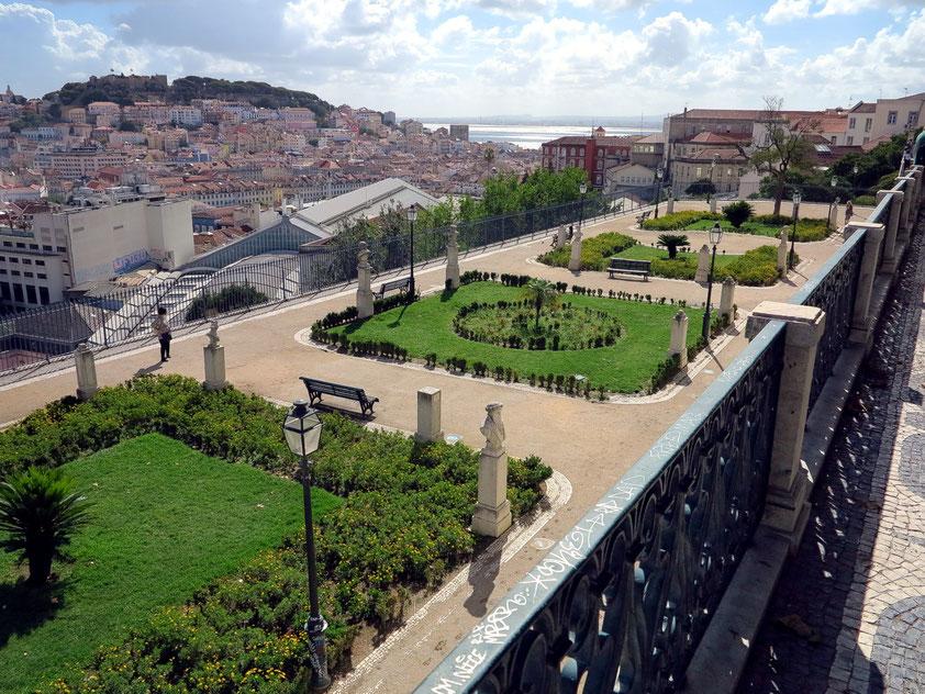 Aussichtspunkt Miradouro de São Pedro de Alcantara, Blick zum Castelo de São Jorge und zum Meer