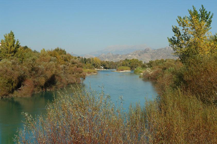 """Der Köprüçay (türkisch für """"Brücken-Fluss""""; in der Antike altgriechisch Eurymedon) entspringt im Taurusgebirge und fließt am antiken Aspendos vorbei zum Mittelmeer."""