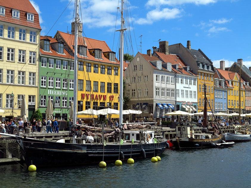 Der Nyhavn ist ein zentraler Hafen in Kopenhagen und eine der wichtigsten Sehenswürdigkeiten der Stadt.