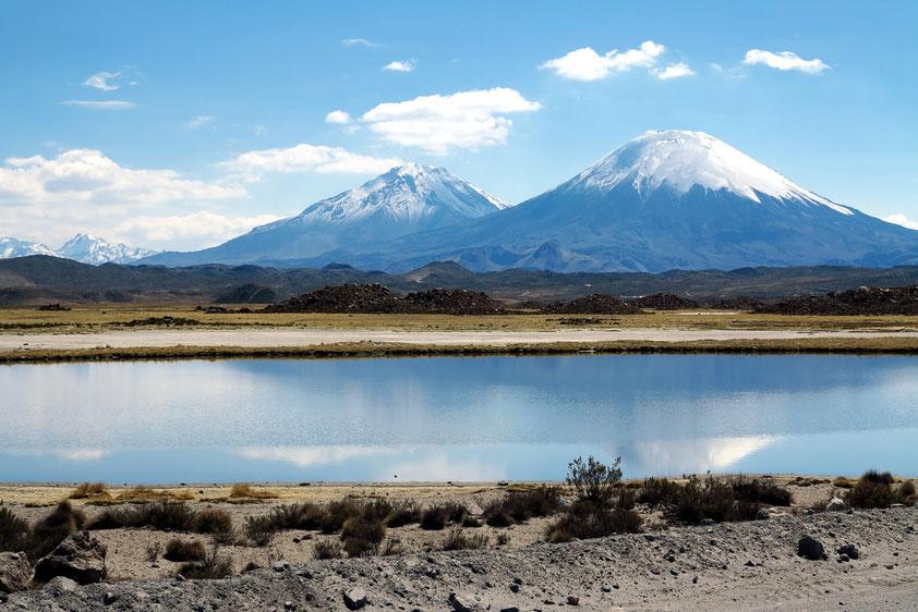Die Schchtvulkane Parinacota 6348 m (rechts) und Pomerape 6 282 m (links)