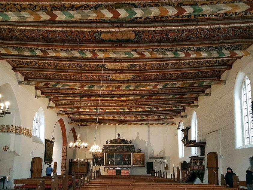 Wismar, Heiligengeistkirche. Die Bretterdecke zeigt in 26 Medaillon-Bildern eine Darstellung der biblischen Geschichte.