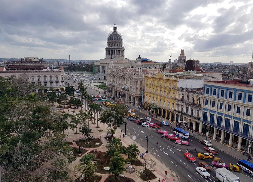 Blick von der Dachterrasse des Hotels Parque Central nach S auf den Paseo del Prado, Gran Teatro und Capitolio (Kuppel im Gerüst)