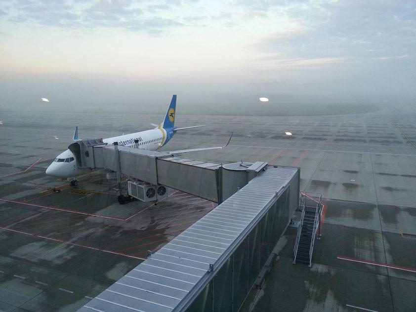 Um 6 Uhr am frühen Morgen in der Abflughalle des Flughafens Danylo Halytsky in Lviv. Die Maschine nach Kiew-Boryspil steht zum Boarding bereit.