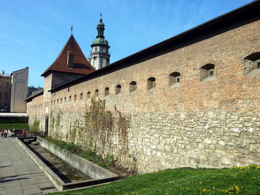 Alte Stadtmauer in der östlichen Altstadt und Turm der Bernhardinerkirche