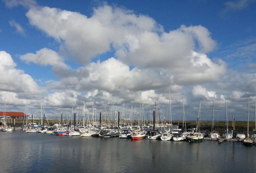 Yachthafen Norderney, links das Hafengebäude mit Büro des Hafenmeisters, Café, Restaurant und sanitären Anlagen