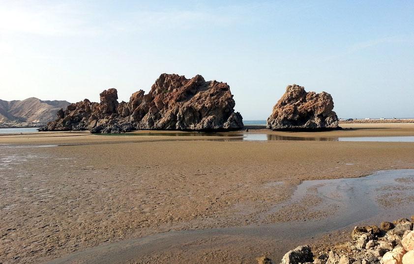 Strand und Felsen von Yiti