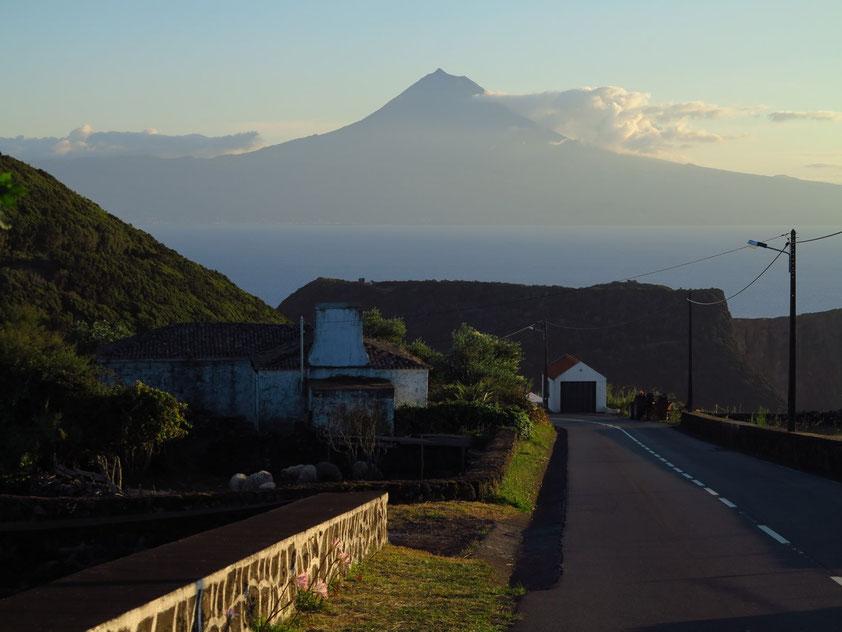 Rückkehr nach Velas am Abend, mit Blick auf den Vulkan Ponta do Pico (2351 m)