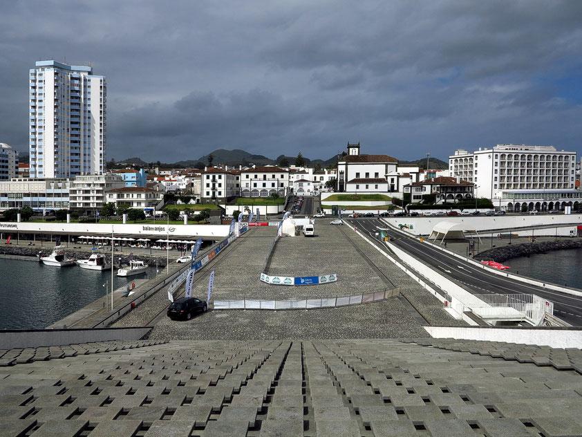 Ponta Delgada, Blick von der schrägen Aussichtsplattform im Hafen auf Ponta Delgada