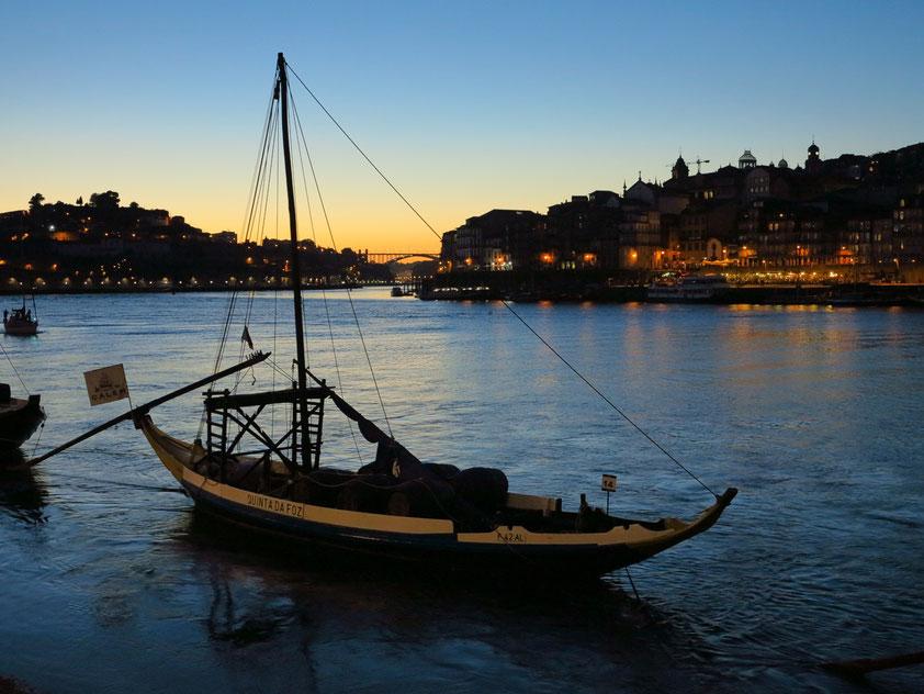 Portweinschiff (barco rabelo) auf dem Douro vor Porto