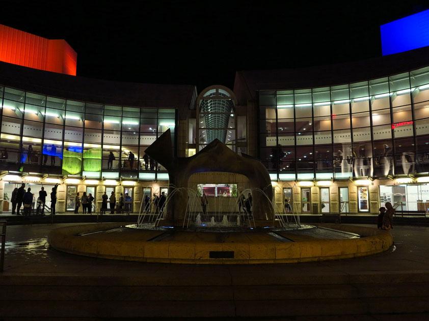 Neues Slowakisches Nationaltheater Bratislava mit Skulptur und Brunnenanlage