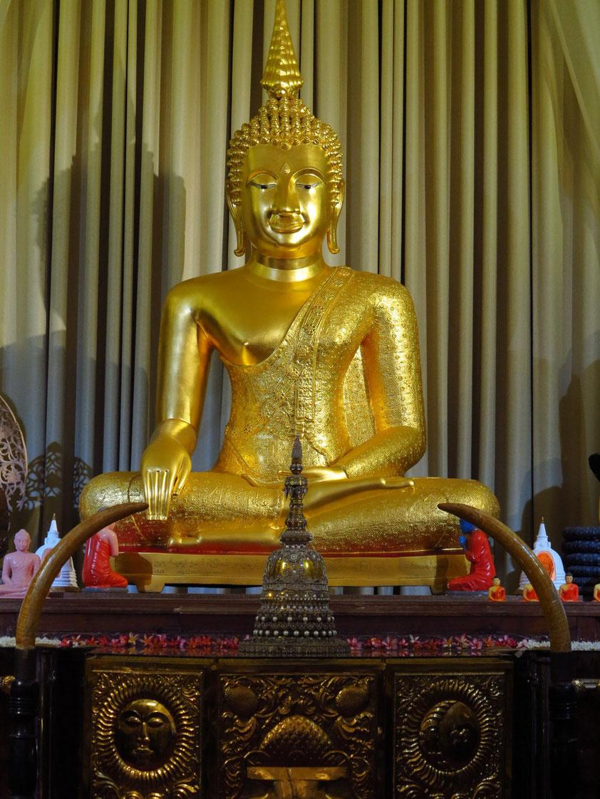 Kandy, Tempel des Zahns. Im hinteren Gebäude Alut Maligawa eine Kopie des Buddha Jinnaraj aus dem thailändischen Phitsanulok