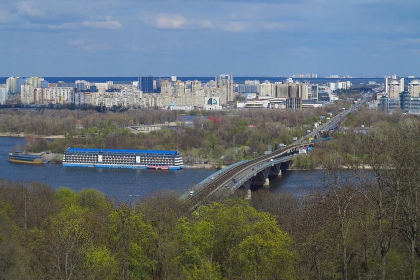 Blick nach Osten auf den Dnepr mit der Metro-Brücke. Die Metro existiert in Kiew seit 1960. (siehe Wikipedia: Metro Kiew)