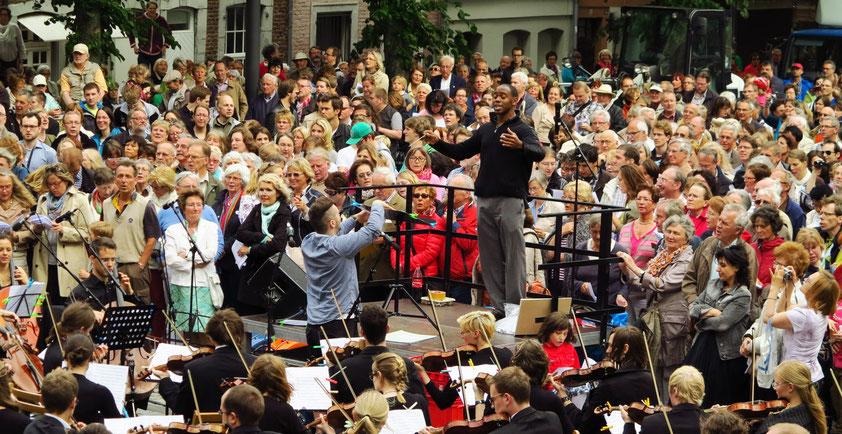 Generalmusikdirektor Kazem Abdullah leitet das Aachener Studentenorchester und den Studentenchor der KHG