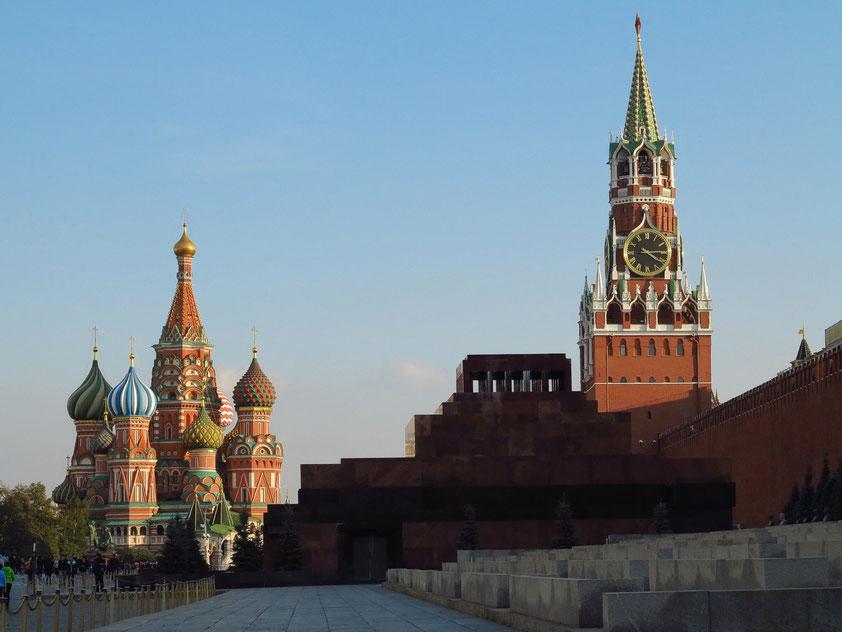 Basilius-Kathedrale (1555 - 1560), Lenin-Mausoleum (1930) und der 71 m hohe Spasskaya-Turm (Erlöserturm, 1491) des Kreml