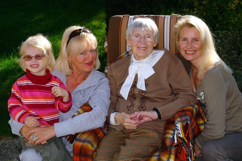 Vier Generationen am 15.10.2006: Ricarda (3), Almut (63), Charlotte (95), Kerstin (37)