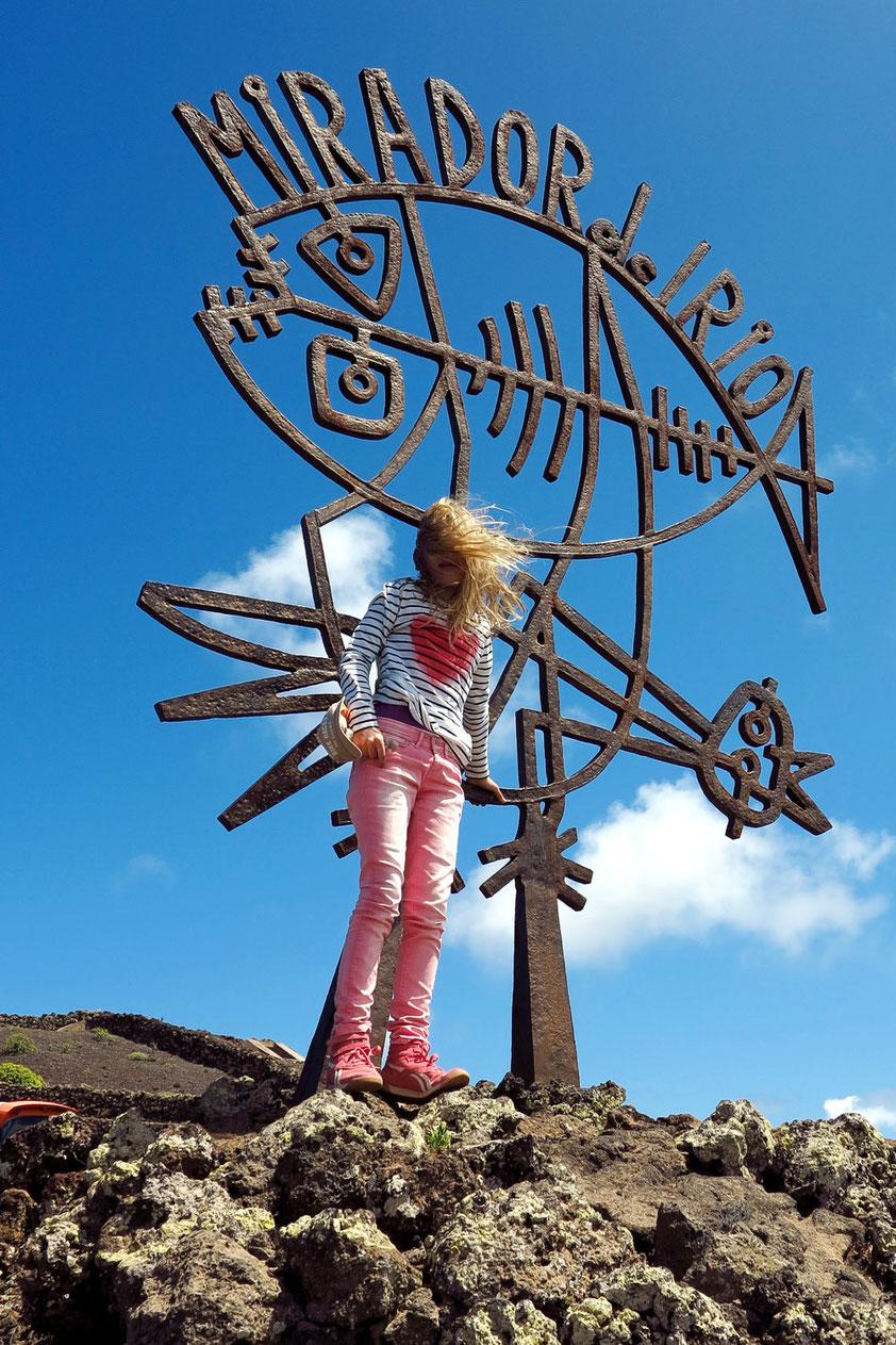 Hoch über der Meerenge El Río in windiger Höhe zwischen Lanzarote und der Insel Graciosa wurde 1973 nach den Plänen von César Manrique ein Aussichtspunkt gebaut.