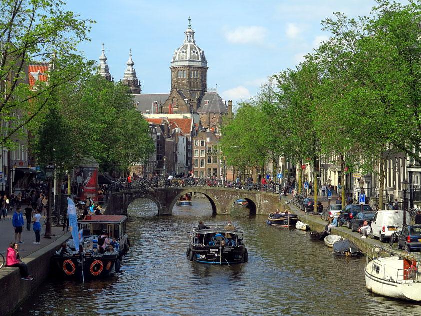 Oudezijds Voorburgwal mit Blick auf die Sint-Nikolaaskerk