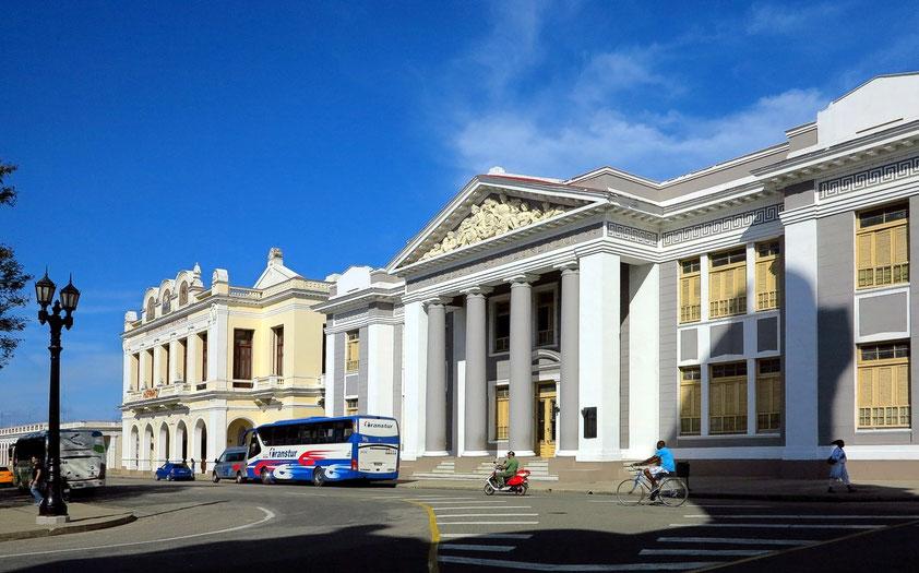 Cienfuegos, Plaza de Armas (Parque Martí). Teatro Tomás Terry (links) und Universität Colegio San Lorenzo (rechts)