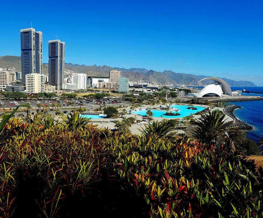 Blick vom Mirador de Caribe im Palmetum auf Santa Cruz de Tenerife mit den beiden Wohntürmen