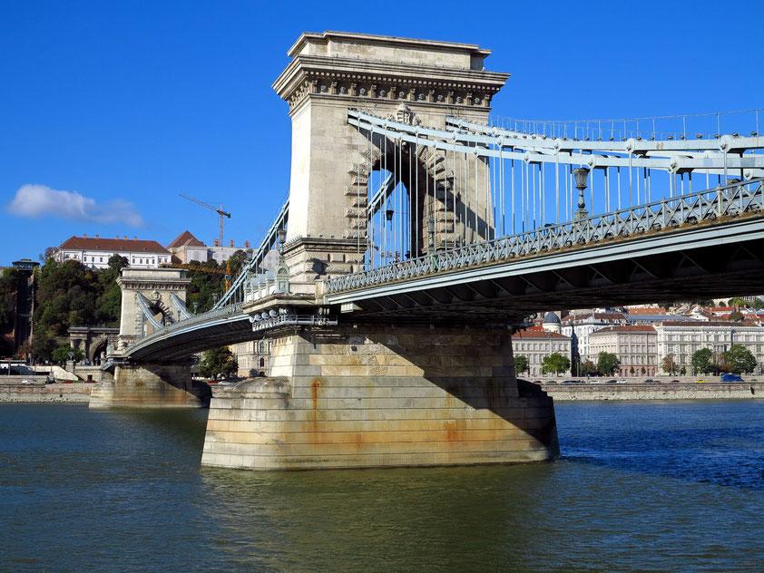 Die Kettenbrücke (Széchenyi lánchíd) wurde in der Zeit von 1839 bis 1849 auf Anregung des ungarischen Reformers Graf István Széchenyi erbaut.
