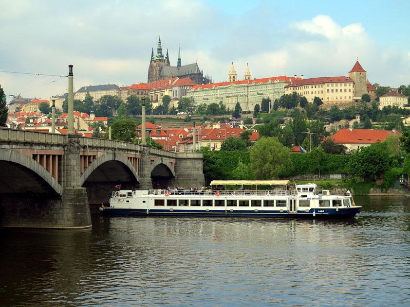 Blick auf die Brücke Manesuv über die Moldau zur Prager Burg mit dem Veitsdom