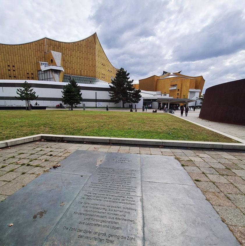 Berliner Philharmonie (links) und Kammermusiksaal (rechts), Architekt: Hans Scharoun, 1960-1963, davor Gedenkplatte zur Erinnerung an die Opfer der Euthanasie-Morde