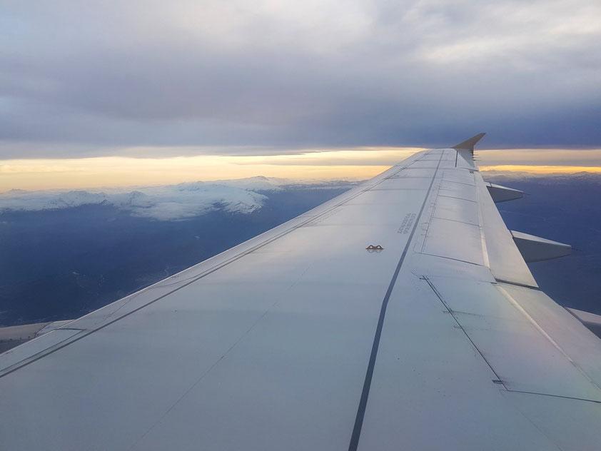Blick über die rechte Tragfläche des Airbus 320-200 auf das schneebedeckte Taurus-Gebirge beim Anflug auf den Airport Antalya am 2.3.2018 gegen 18:20 Uhr