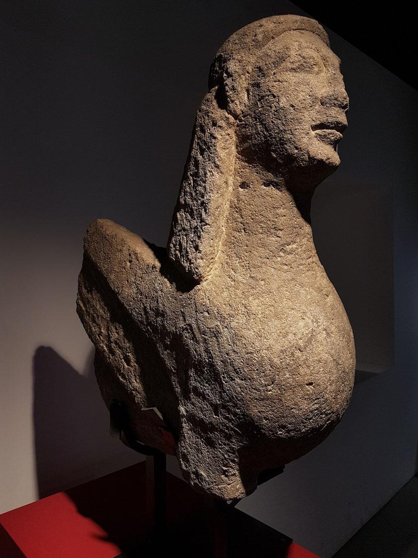 Sphinx-Statue, sitzend und mit Flügeln. Vulci, in der Nähe des Tumulus von Cuccumelletta, Östliche Nekropole. Mitte des 6. Jh. v. Chr.