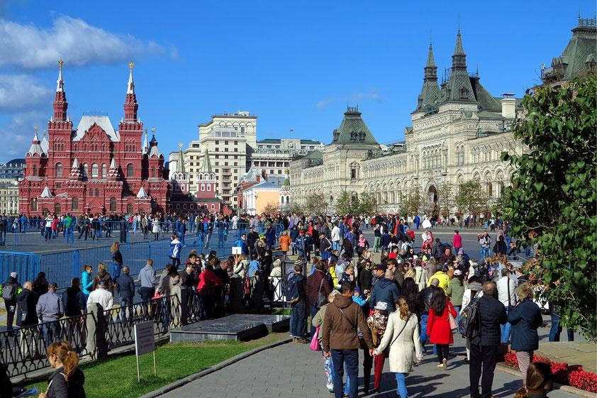 Blick von der Basilius-Kathedrale zum Roten Platz, links das Historische Museum, rechts das Warenhaus GUM