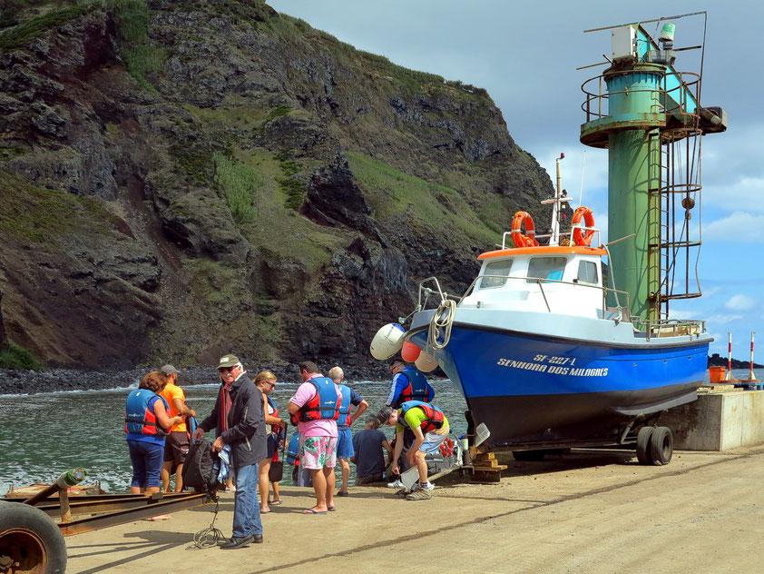 Im Hafen von Vila do Corvo, Warten auf die Rückfahrt mit dem Schlauchboot-Zodiac