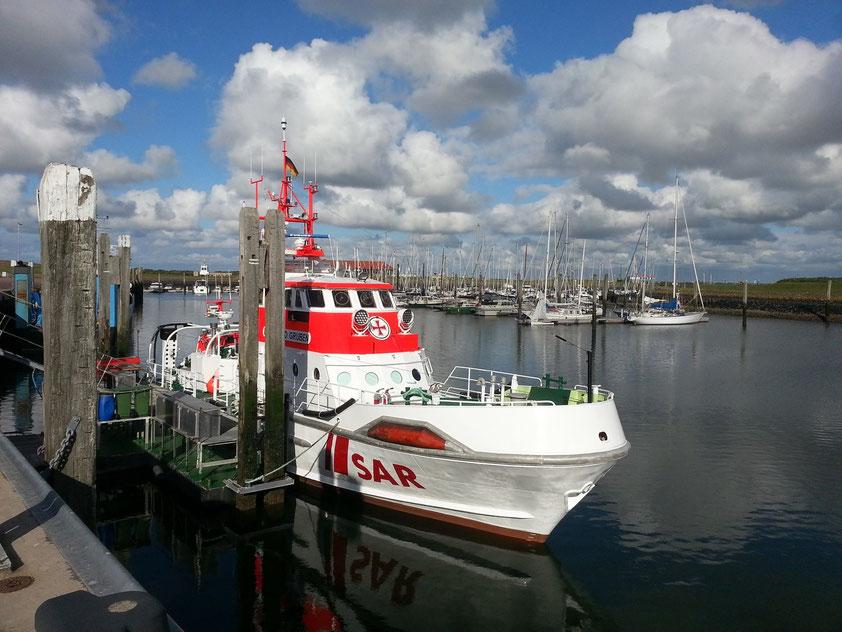 Seenotrettungskreuzer BERNHARD GRUBEN im Hafen von Norderney, dahinter der Yachthafen
