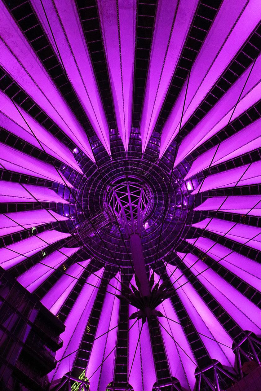 Kuppel des Sony Centers bei Nacht