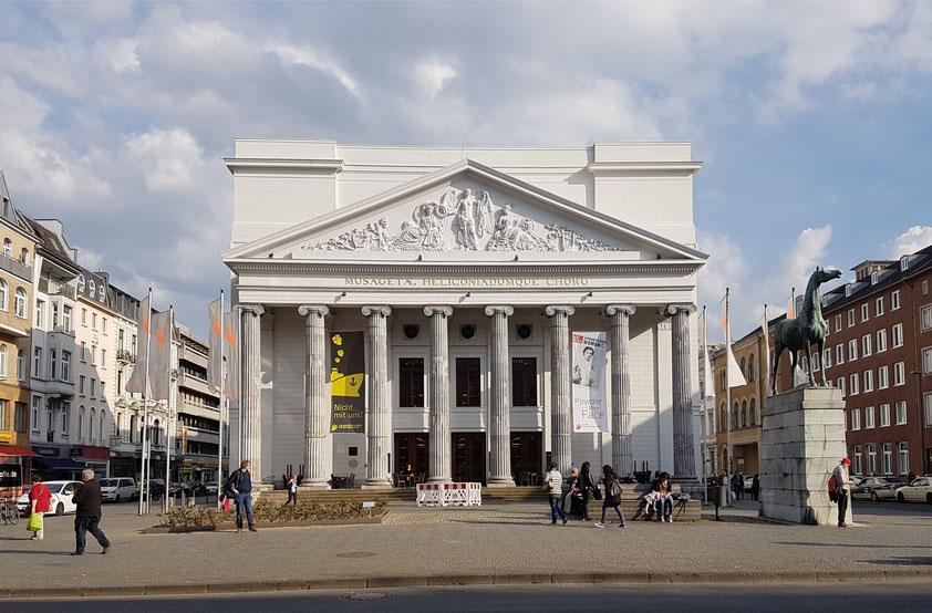 Theater Aachen, eine im Jahr 1825 eröffnete Kultureinrichtung für Schauspiel und Musiktheater der Stadt Aachen. Von Karl Friedrich Schinkel und Johann Peter Cremer entworfener klassizistischer Gebäudekomplex am Kapuzinergraben