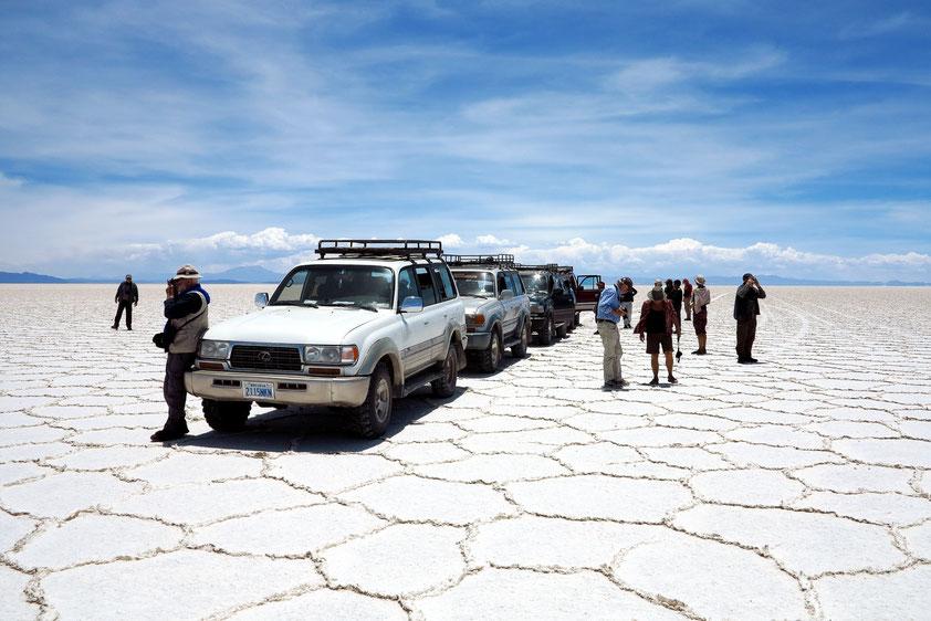 Stopp der Reisegruppe auf dem Salar de Uyuni. Die polygonalen Flächen entstehen beim Austrocknen der Salzlake.
