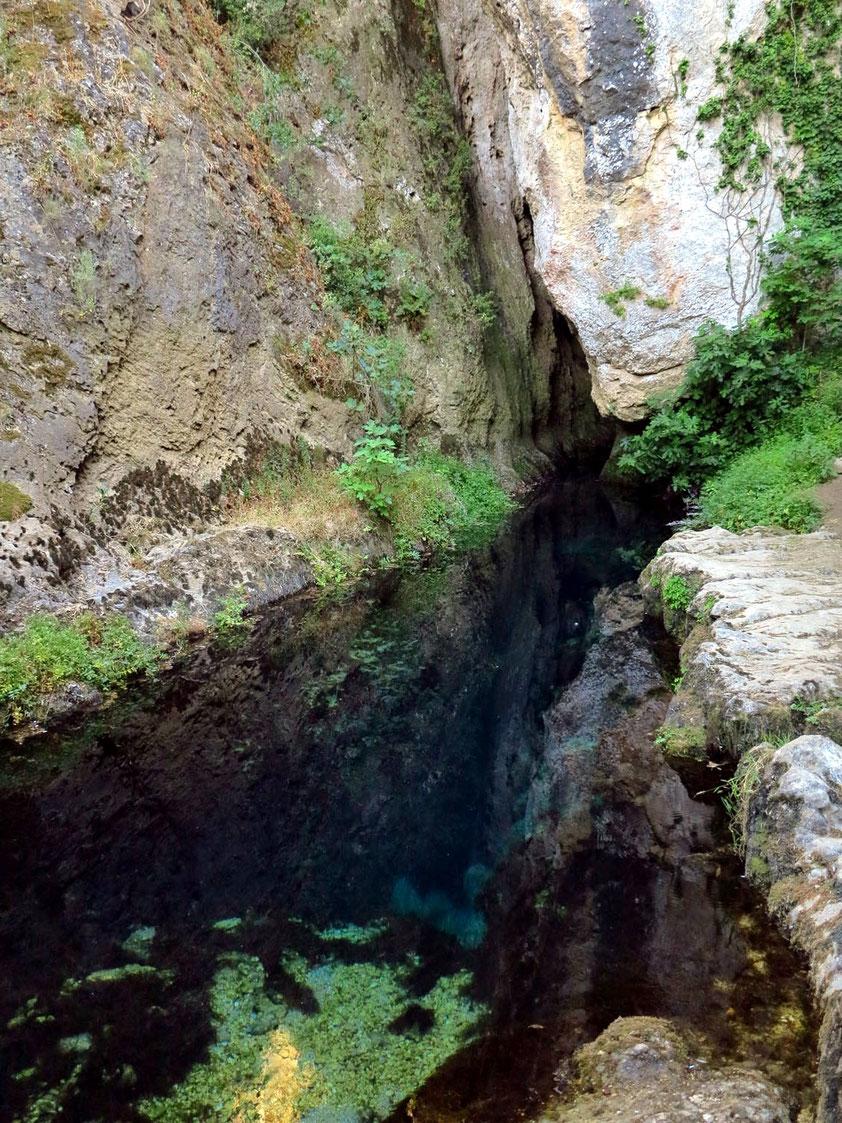Karstquelle Su Gologone bei Oliena. Die Quelle liegt am Nordhang des bis zu 1463 m hohen Supramontemassivs.