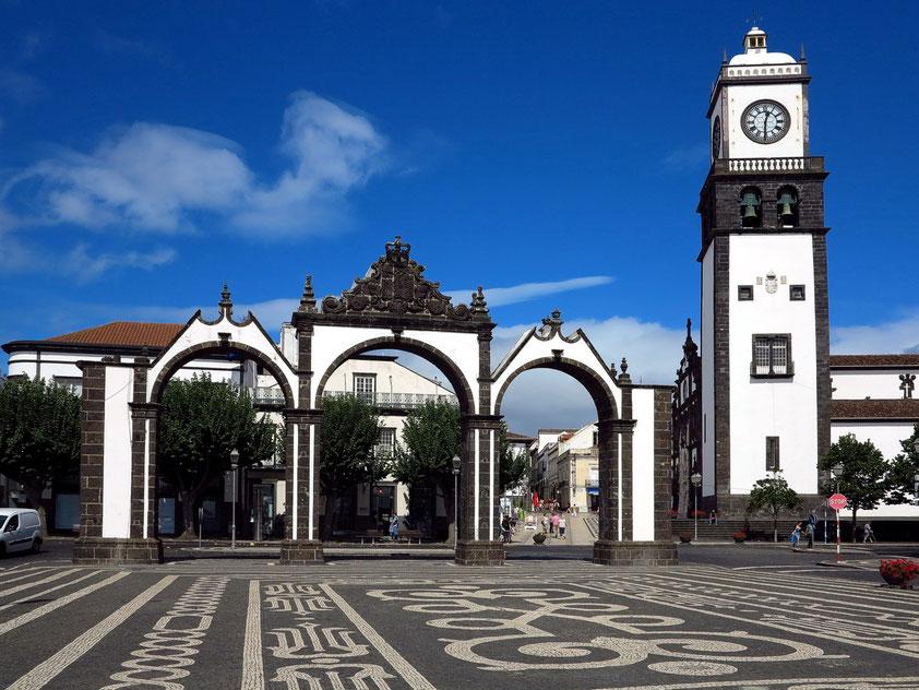 Dreibogiges Stadttor (Portas da Cidade), rechts der Kirchturm der Igreja Matriz de São Sebastião