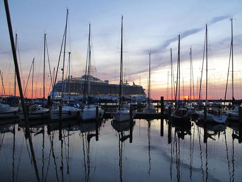 22:00 Ausfahrt der ROYAL PRINCESS  aus dem Hafen Warnemünde mit Feuerwerk (Foto: G. Ehrich)