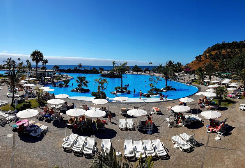 Santa Cruz de Tenerife. Parque Marítimo César Manrique, Öffentliches Schwimmbad mit 3 Salzwasserpools zwischen Wasserfällen und Palmen
