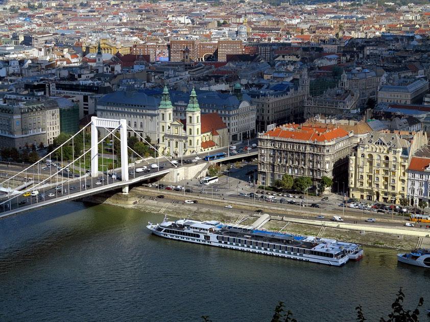 Blick vom Gellértberg auf den Stadtteil Pest mit der Elisabeth-Brücke