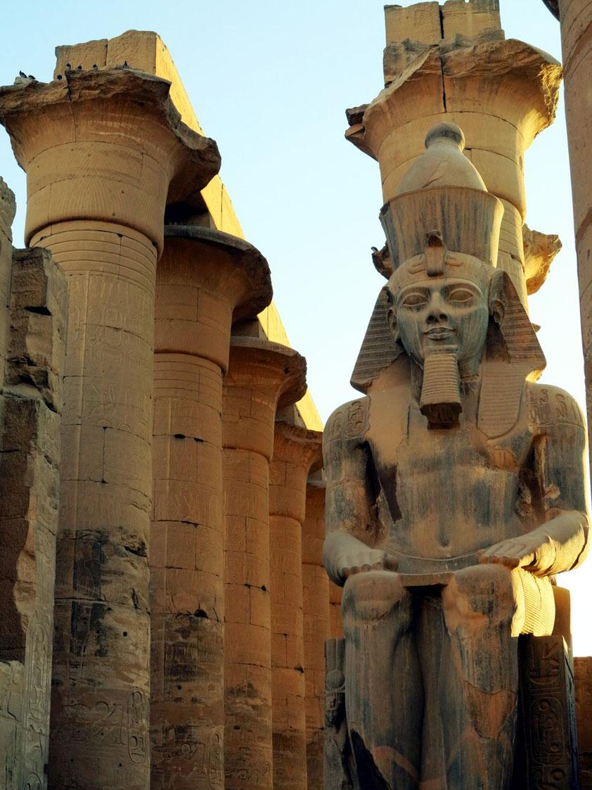 Pharaonenstatue vor der Säulenkolonnade (Perspektive 2)