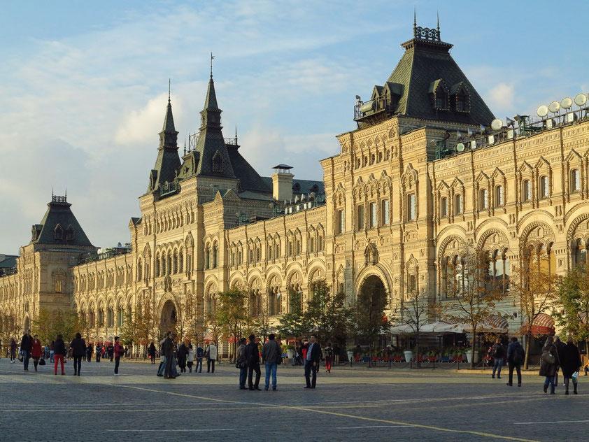 Das GUM-Gebäude wurde in den Jahren 1890 bis 1893 nach einem Entwurf des Architekten Alexander Pomeranzew (1849–1918) unter Mitwirkung des Ingenieurs Wladimir Schuchow (1853–1939) im sogenannten neo- oder pseudorussischen Stil erbaut.