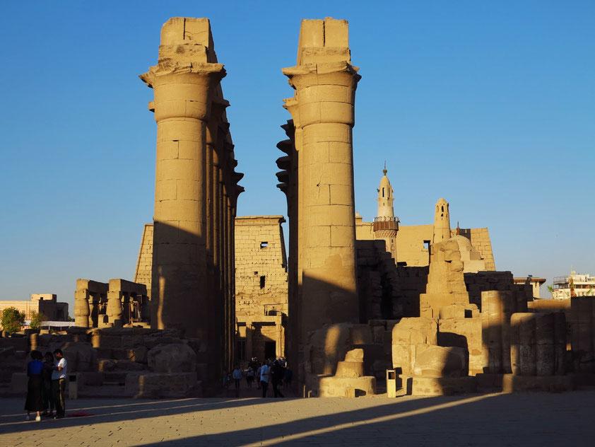 Luxor-Tempel. Säulengang, dahinter großer Hof von Ramses II. und großer Pylon, rechts Moschee des Abu el-Haggag