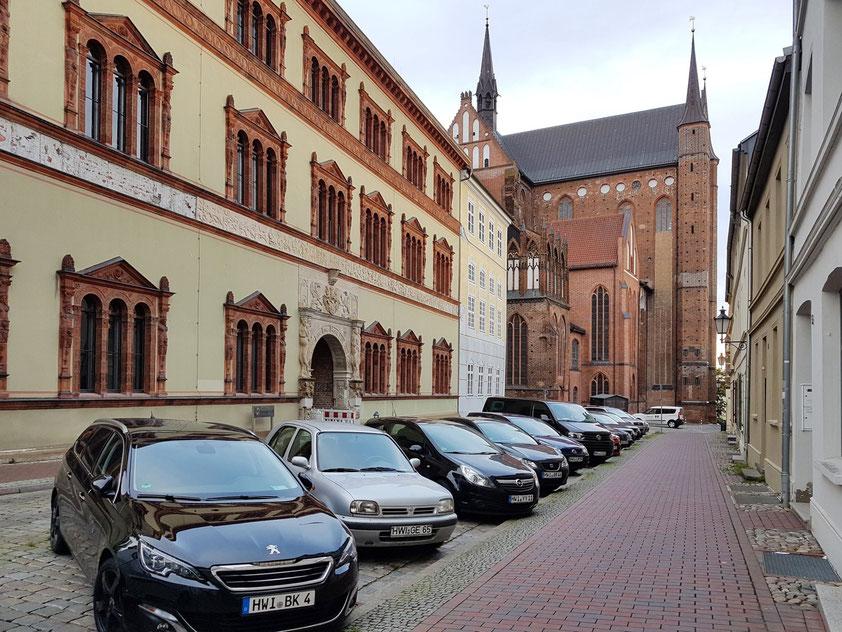 Wismar. Amtsgericht (links) und Kirche St. Georgen