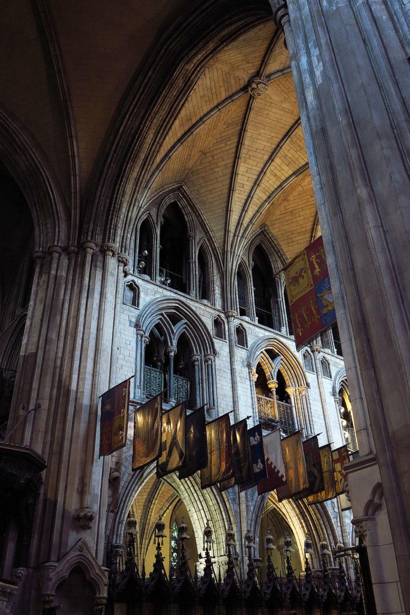St.-Patrick-Kathedrale, Blick ins östliche Hauptschiff mit heraldischen Flaggen