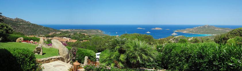 """Ponoramablick von der Villa """"Suttu lu Celi"""" auf die Costa Smeralda und das Tyrrhenische Meer"""